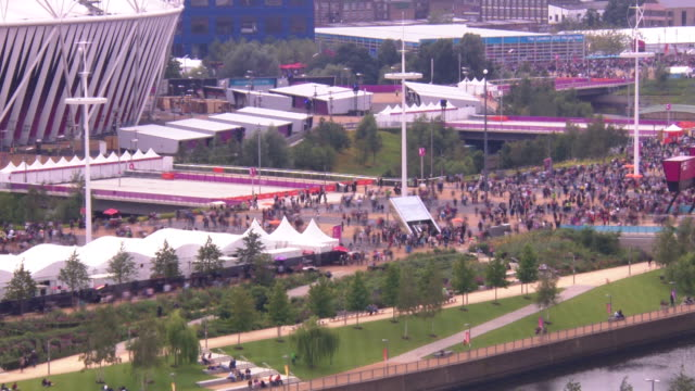 crowds wander around the london 2012 olympic park with no access to the olympic stadium itself timelapse olympic park crowds at olympic park on... - 2012年ロンドン夏季オリンピック点の映像素材/bロール
