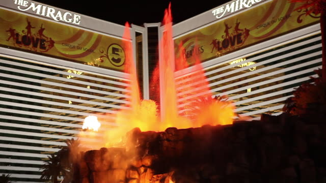 vídeos y material grabado en eventos de stock de crowds watch as an artificial volcano erupts in front of the mirage in las vegas nevada usa fkax253n clip taken from programme rushes ablb597x - hotel mirage las vegas