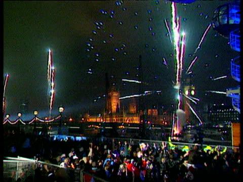 crowds watch fireworks over thames on millennium eve; 31 dec 99 - 2001 個影片檔及 b 捲影像