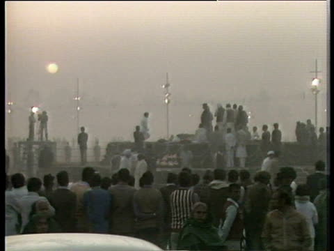 crowds watch funeral pyre of assassinated indian prime minister indira gandhi delhi; nov 84 - prime minister点の映像素材/bロール