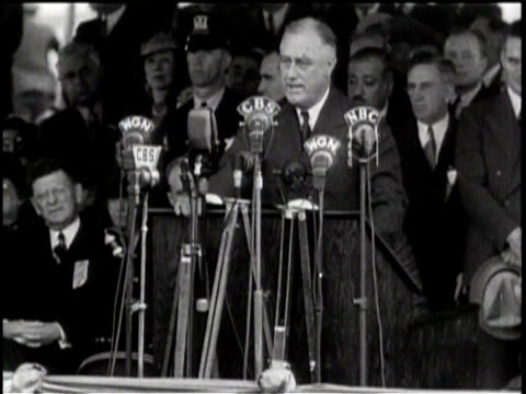 vídeos de stock e filmes b-roll de crowds watch president speak in chicago / contagion of war / president roosevelt vows to stay away from the fighting - votos matrimoniais