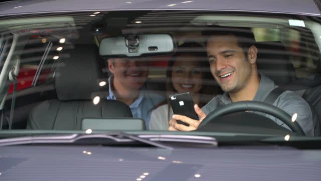vídeos de stock, filmes e b-roll de motorista de táxi de crowdsourcing mostrando destinos em seu telefone celular - táxi