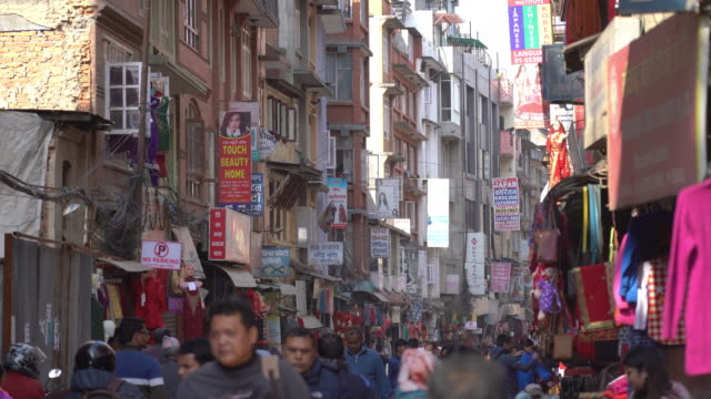 strada dello shopping crowdy nel quartiere thamel di kathmandu, nepal - east asian ethnicity video stock e b–roll