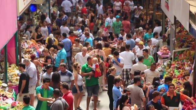 vidéos et rushes de crowed de personnes dans le marché municipal, mercadao - marché