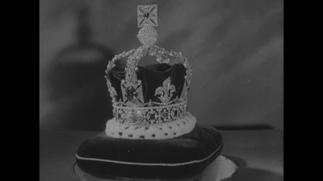 cu crown of st edward on velvet cushion rotates slowly - crown headwear stock videos & royalty-free footage