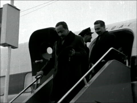 stockvideo's en b-roll-footage met crown prince of iraq arrives at london airport; england: london airport: heathrow: ext crown prince of iraq, abdul ilah, down plane steps / tx... - irak