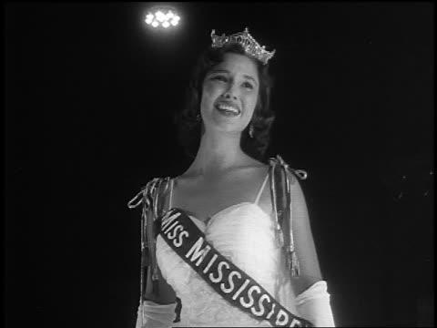 vídeos de stock, filmes e b-roll de b/w 1959 crowned miss america blowing kisses crying after winning - rainha de beleza