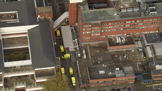 vídeos de stock e filmes b-roll de aerials of crash site; air views accident and emergency department and rest of hospital / helipad / air views houses and green spaces heading towards... - croydon inglaterra