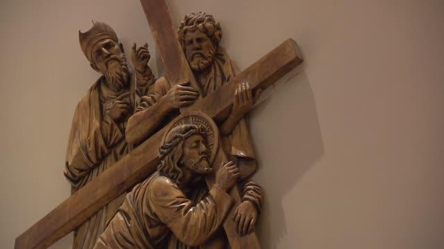 vídeos y material grabado en eventos de stock de crucifix in church - vidriera de colores