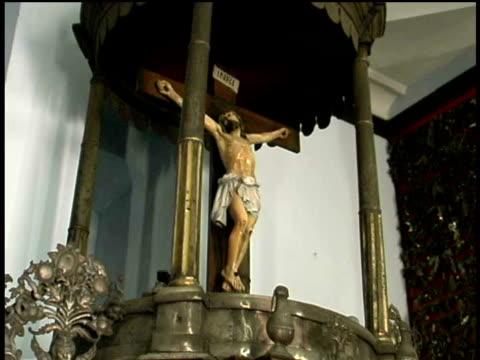 vídeos de stock, filmes e b-roll de ms, la, crucifix, nuestra senora de la caridad del cobre, santiago de cuba  - figura masculina