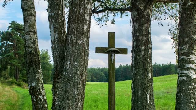 kruzifix - kreuz religiöser gegenstand stock-videos und b-roll-filmmaterial