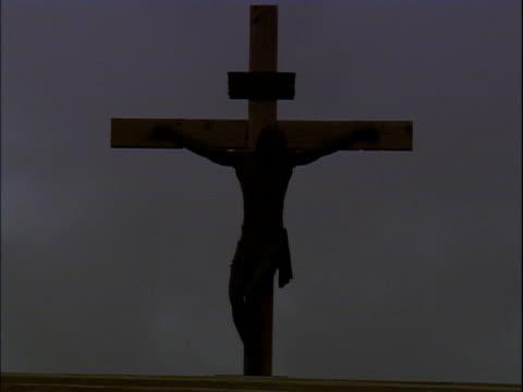vídeos de stock, filmes e b-roll de crucifix  - figura masculina