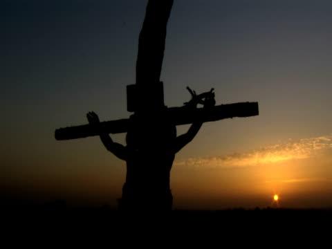 vidéos et rushes de crucifixion of jesus christ in silhouette - croix objet de culte