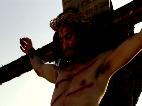 vidéos et rushes de crucifixion of jesus christ - croix objet de culte