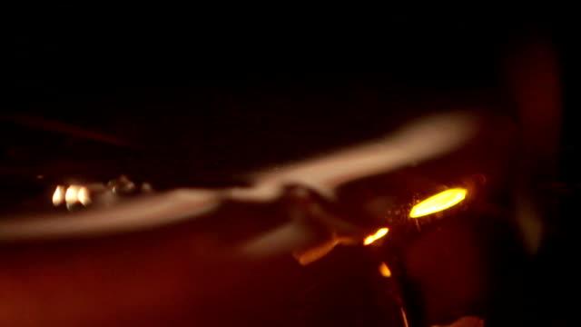 vídeos de stock, filmes e b-roll de crude escorrendo close-up - barril