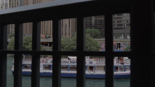 vídeos de stock e filmes b-roll de cruise boat on chicago river, chicago, illinois, united states of america, north america - barco de turismo