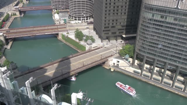 cruise boats on the chicago river from rooftop bar, chicago, illinois, united states of america, north america - bar点の映像素材/bロール