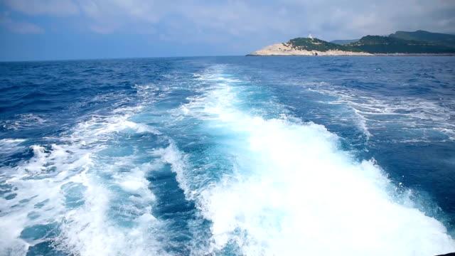stockvideo's en b-roll-footage met cruise haven verlaten - rondrijden