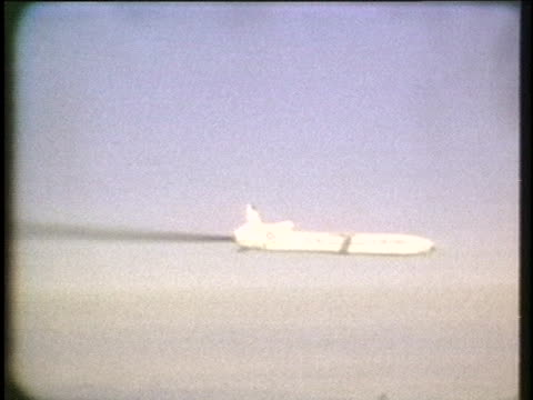 cruise missile is dropped from a b-52 bomber during a competition between boeing aircraft and general dynamics for government funding. - 空気力学点の映像素材/bロール