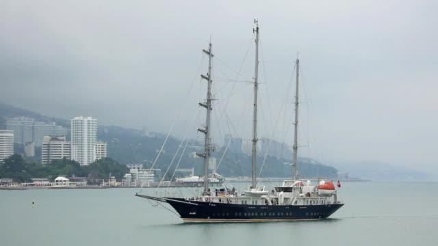 vídeos y material grabado en eventos de stock de barco de vela cruise ingresa al puerto de sochi - sochi