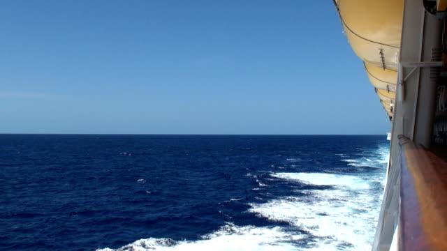 La nave da crociera e Wake-Trans-Atlantic Crossing