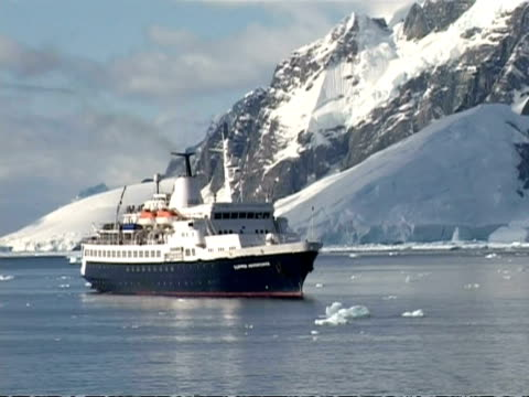 ms cruise ship clipper adventurer anchored in antarctic sea, zoom out, antarctica - 碇を下ろす点の映像素材/bロール
