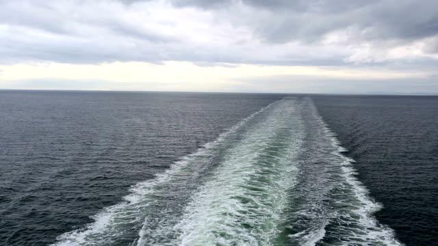 stockvideo's en b-roll-footage met cruise schip ferry wake - kielwater