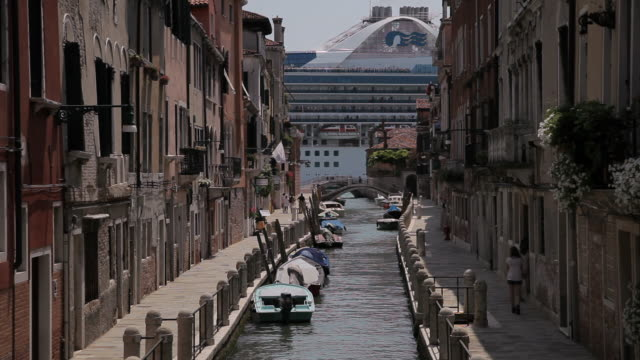 ws ld cruise ship going by canal / venice, italy - venice italy stock videos & royalty-free footage