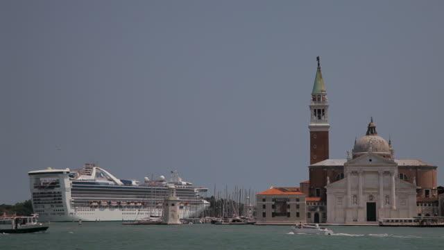 ws ld cruise ship going past san giorgio maggiore / venice, italy - kreuzfahrtschiff stock-videos und b-roll-filmmaterial