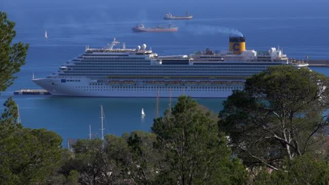cruise ship in harbour, palma de mallorca, majorca, balearic islands, spain - palma video stock e b–roll