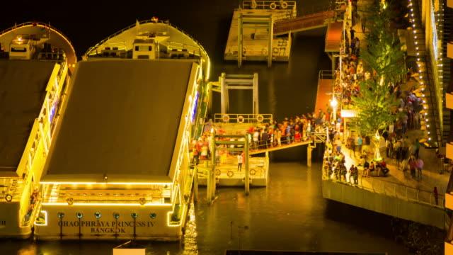 kreuzfahrtschiff in nacht, stadt bangkok, thailand - chao phraya delta stock-videos und b-roll-filmmaterial