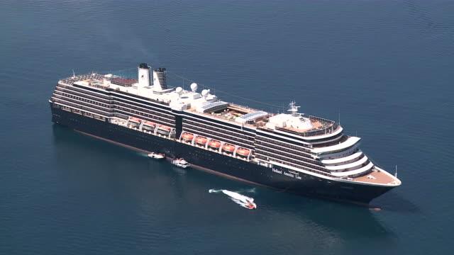 vídeos de stock, filmes e b-roll de ws cruise ship in sea / santorini, cyclades islands, greece - atracado
