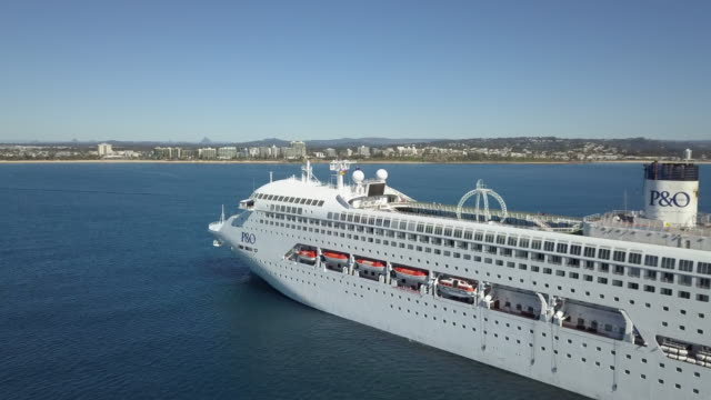 vidéos et rushes de cruise ship is anchored off the coast near mooloolaba on 1 august 2017, on the sunshine coast, queensland, australia. - croisière