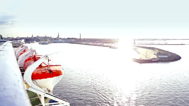 Cruiseschip haven verlaten bij zonsondergang