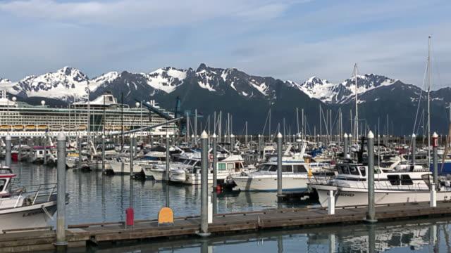 vídeos y material grabado en eventos de stock de cruise ship leaving seward with snowcapped mountain in the background - puerto deportivo puerto