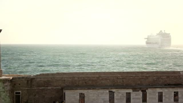 kreuzfahrtschiff verlassen sie den hafen - abschied stock-videos und b-roll-filmmaterial