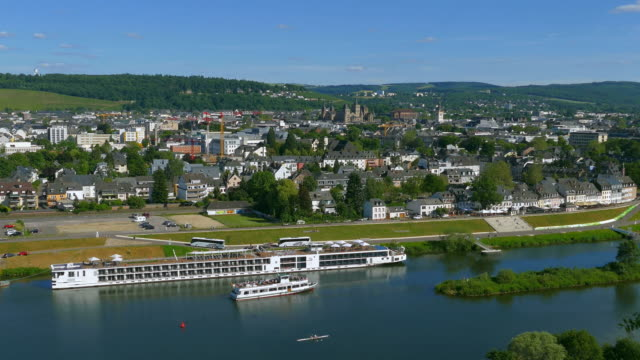 cruise ship on moselle river - horizont über land stock-videos und b-roll-filmmaterial