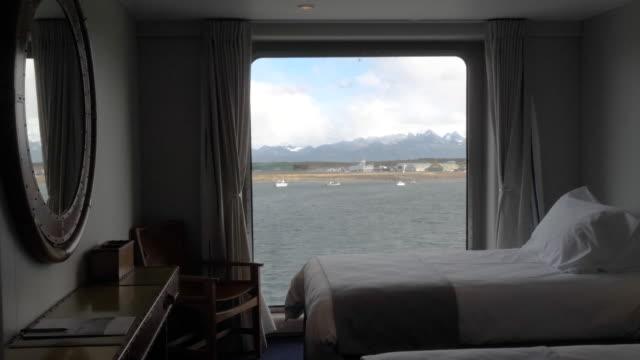 vídeos de stock, filmes e b-roll de cruise ship passenger cabin room with views - passear sem destino
