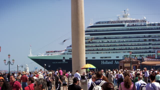 cruise ship pulls by entrance to piazza san marco in slow motion - kreuzfahrtschiff stock-videos und b-roll-filmmaterial