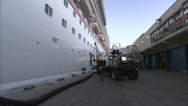 vidéos et rushes de a cruise ship receives fuel while in port. - faire le plein d'essence
