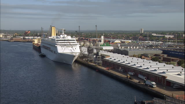 vídeos y material grabado en eventos de stock de a cruise ship sits at a dock at southhampton,  england. - crucero vacaciones