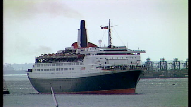 cruise ship to become floating hotel; tx 3.10.1992 england: southampton: ext qeii arriving at southampton following repairs in usa and given... - 英国ハンプシャー点の映像素材/bロール