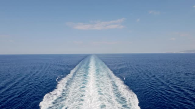 vídeos de stock e filmes b-roll de cruise ship trace with calm sea and clear blue sky - navio de passageiros
