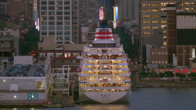 vídeos y material grabado en eventos de stock de a cruise ship waits to leave port on the west side of new york city at dusk. - crucero vacaciones