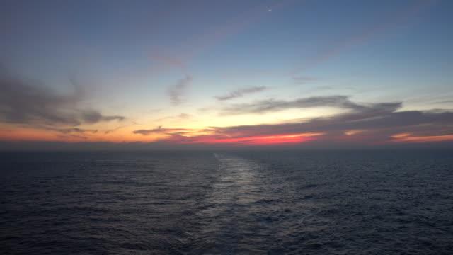 stockvideo's en b-roll-footage met cruiseschip wake by sunset - kielwater