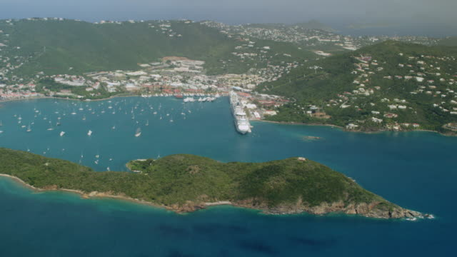 vidéos et rushes de ws aerial pov cruise ships moored at long bay / charlotte amalie, st. thomas - virgin islands, united states - colline