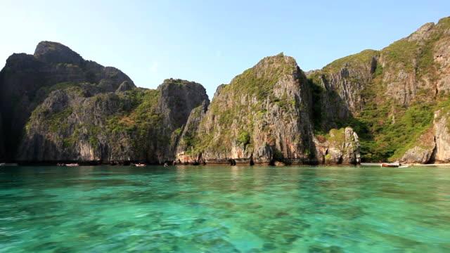 kreuzfahrt an der maya bay - insel phi phi le stock-videos und b-roll-filmmaterial