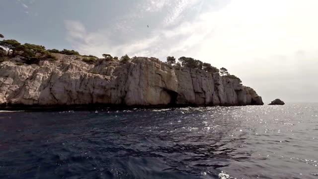 kreuzfahrt in calanques von cassis - pjphoto69 stock-videos und b-roll-filmmaterial