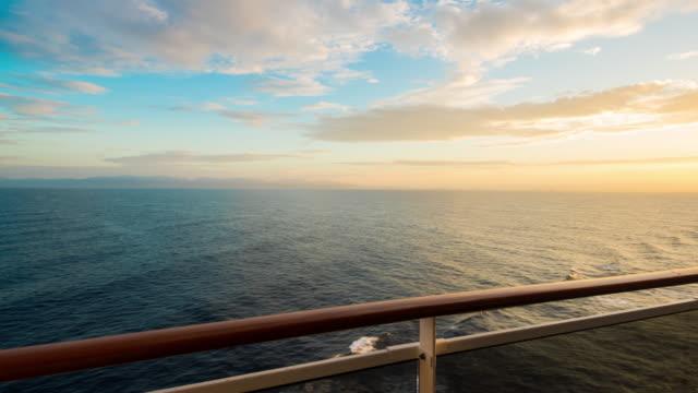 T/L は、夕焼けの海をクルージング