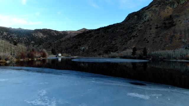 vidéos et rushes de cruising over an icy lake - glacé